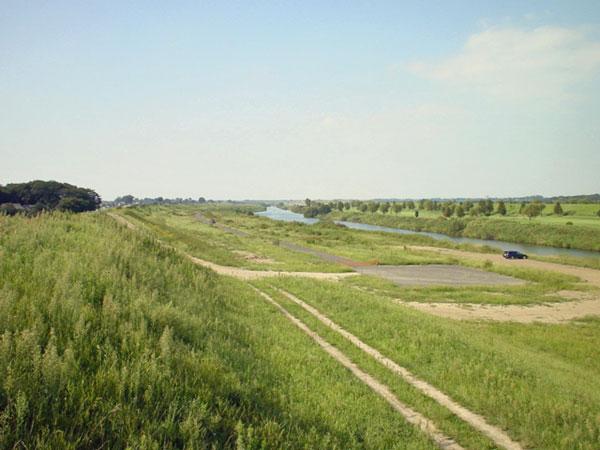 秋の初めの入間川