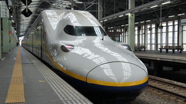 窓越しに見える東北・上越新幹線車内は