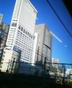 朝の新宿、晴れた空