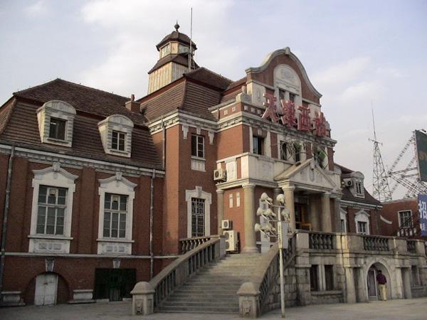 レトロな天津西駅の駅舎