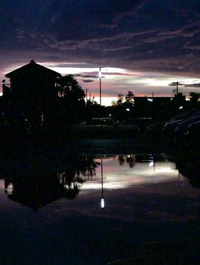 駐車場、雷雨と夏の夕暮れ