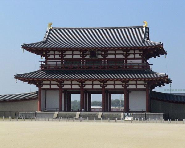 夏空に映える平城宮の朱雀門