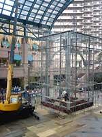バカラのシャンデリア、重機で建設中