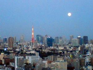 会社の窓から薄暮の月と東京タワーが見える