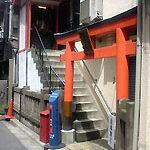 八丁堀、小さな神社を抱えた家