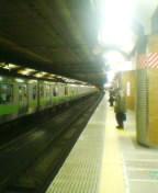 終電待ちの駅ホーム