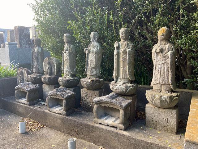 阿弥陀一尊図像板碑の入口の地蔵