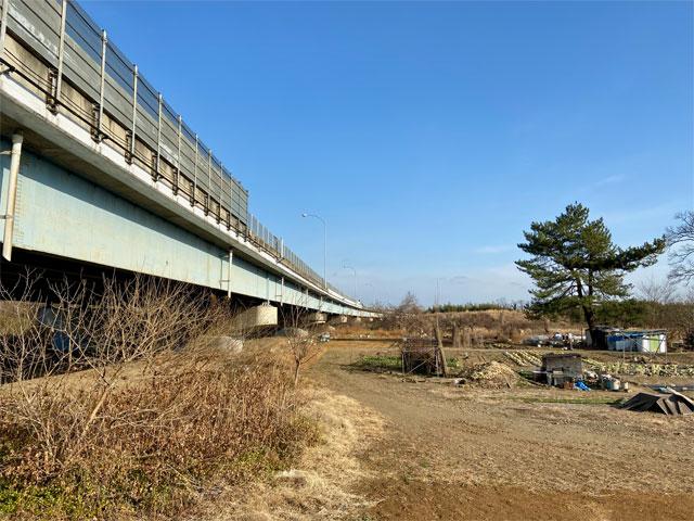 入間川と交わる関越自動車道